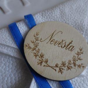 Svatební dřevěná jmenovka kulatá s motivem květů 5 cm