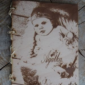 Fotoalbum v gravírovaných dřevěných deskách
