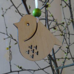 Velikonoční dřevěná dekorace k pověšení - Ptáček s výřezem V 6 x 6,5 cm
