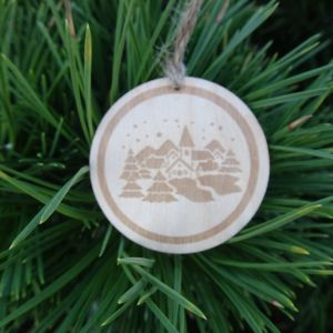 Dřevěná baňka vánoční - Zasněžená krajina 5 x 5 cm