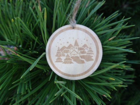 IMwood - Dřevěná baňka vánoční - Zasněžená krajina 5 x 5 cm