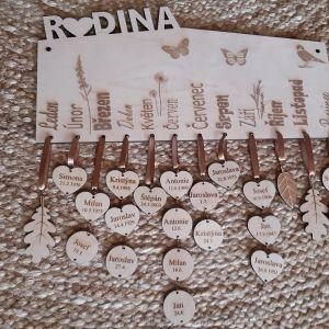 Dřevěný dekorativní rodinný kalendář celý gravírovaný - hranatý, 35 x 16 cm